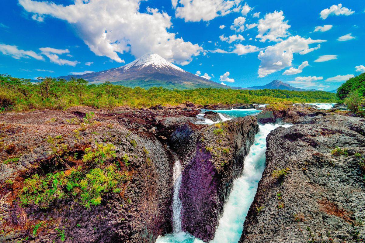 Die Saltos de Petrohué und der majestätische Vulkan Osorno gehören zu den wichtigsten Sehenswürdigkeiten am Lago Todos Los Santos in Chile - © Idan Ben Haim / Shutterstock