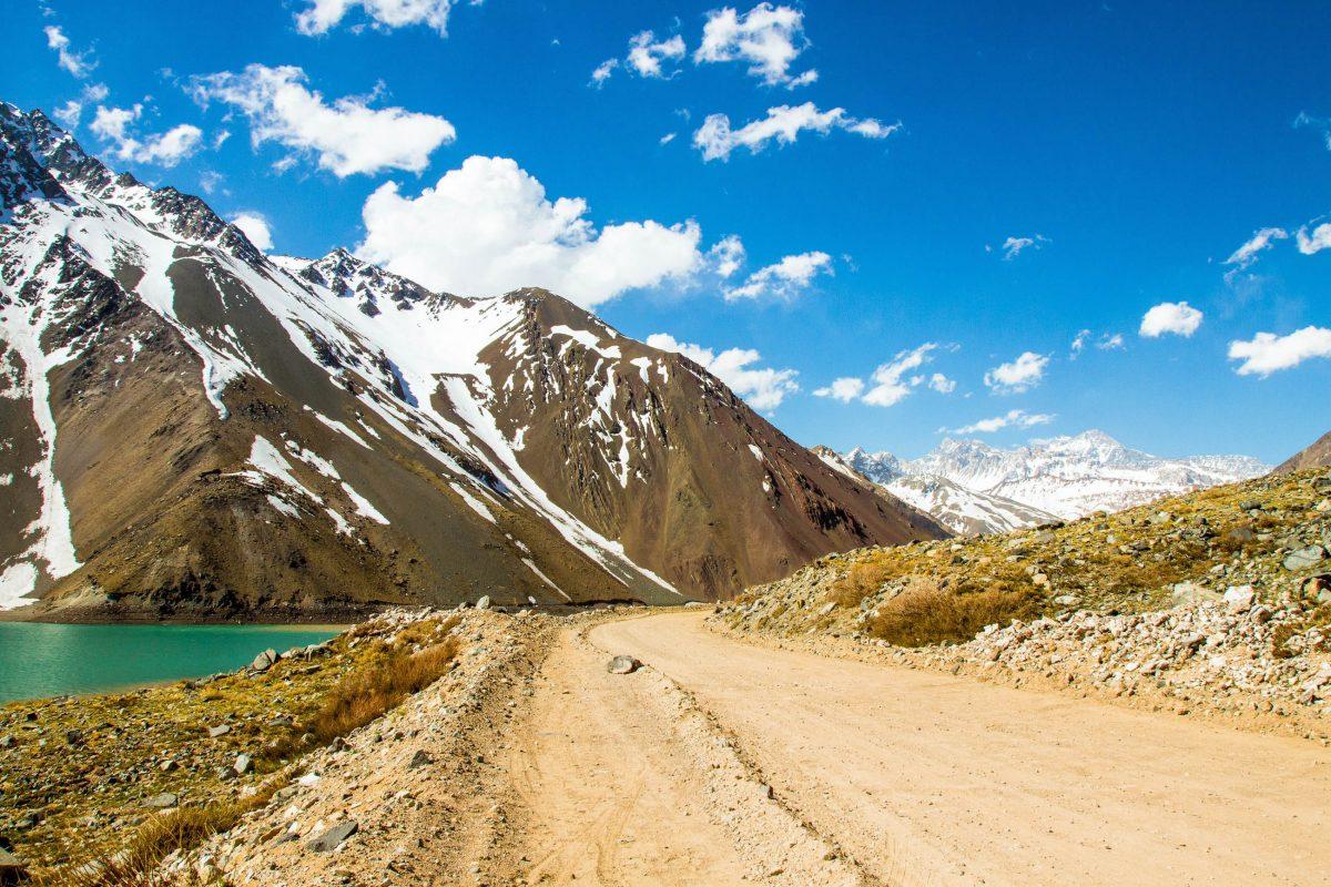 Im Cajon del Maipo in Chile führen die G-25 und eine namenlose Straße an beiden Seiten des Rio Maipo entlang - © Anky / Shutterstock