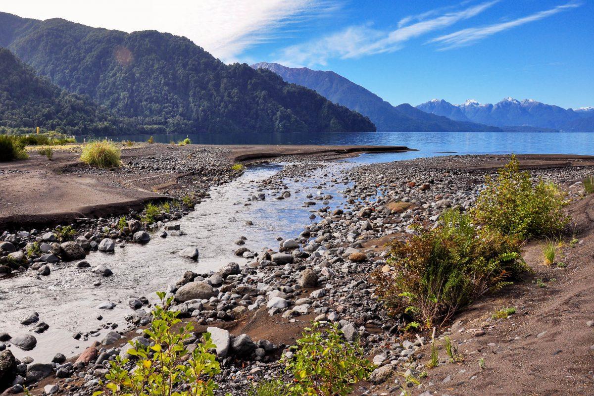 In den duftenden Wäldern rings um den Lago Todos Los Santos verbergen sich einige sehenswerte Ausflugsziele, Chile - © Hugo Brizard - YouGoPhoto / Shutterstock