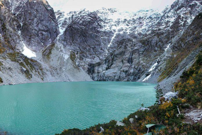 Mit gewaltigen Gletschern und schroffen Gipfeln ist der Queulat Nationalpark in Chile für Outdoor-Erlebnisse wie geschaffen - © Hugo Brizard / Shutterstock