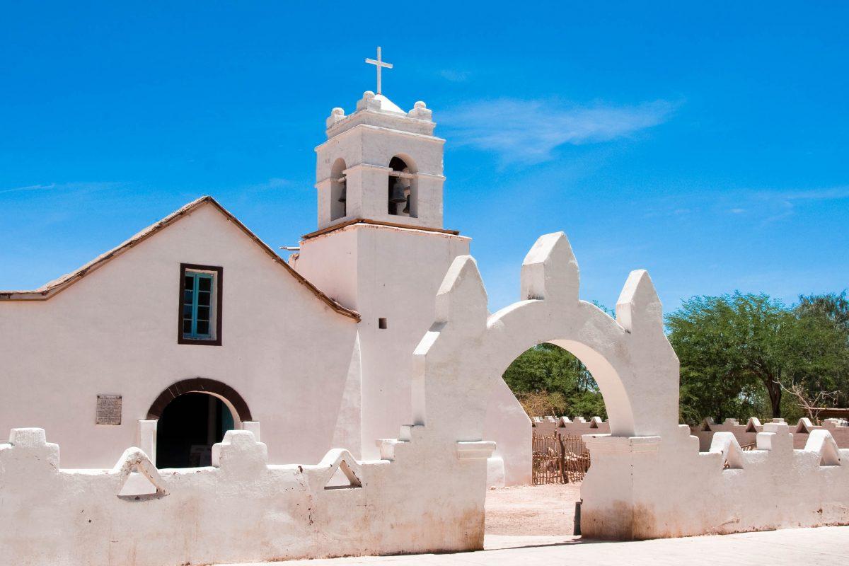 Nach der rotbraunen Atacama-Wüste ist die schneeweiße Kirche von San Pedro de Atacama eine regelrechte Augenweide, Chile - © Alberto Loyo / Shutterstock