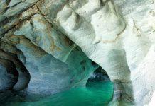 Neben den farbigen Linien sind auch die bizarren Formen der Marmorhöhlen im Süden von Chile bemerkenswert - © Adwo / Shutterstock