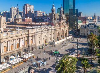 Als Ursprung der Stadt ist der Plaza de Armas noch heute das architektonische und touristische Zentrum von Santiago de Chile - © Matyas Rehak / Shutterstock