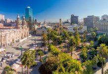 Auf den beiden Fußgängerzonen und unter den Palmen des Plaza de Armas in Santiago de Chile herrscht zu jeder Tages- und Nachtzeit Trubel - © Matyas Rehak / Shutterstock