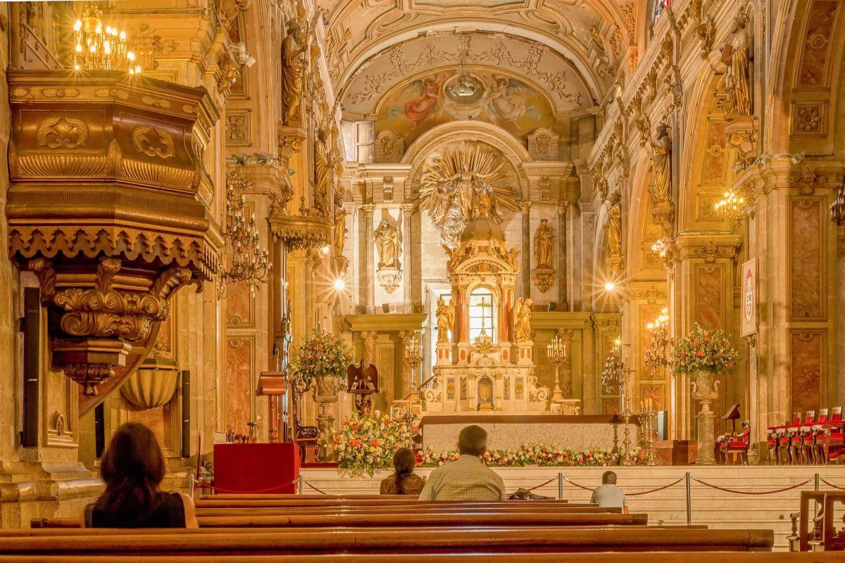 Kerzenleuchter, Heiligenfiguren, Fresken und Verzierungen aus Blattgold schaffen in der Catedral Metropolitana in Santiago de Chile ein fantastisches Gesamtkunstwerk - © Ch.L / Shutterstock