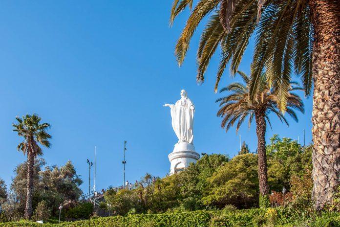 Mit seiner fantastischen Aussicht vom Gipfel und zahlreichen anderen Attraktionen zählt der Cerro San Cristóbal zu den Top 5 Attraktionen von Santiago de Chile - © Mizzick / Shutterstock