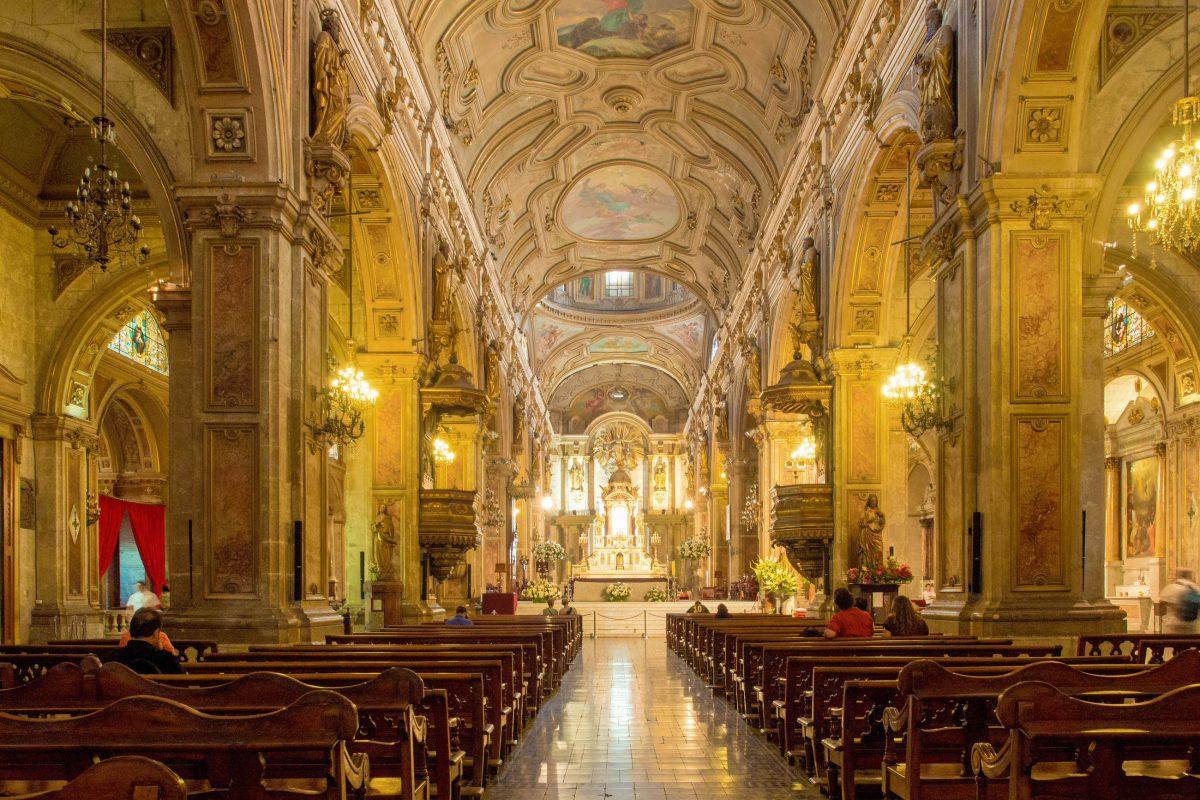 Wer die Catedral Metropolitana in Santiago de Chile betritt, wird vom barocken Dekor der Wände, Säulen und Decke absolut beeindruckt sein - © Emma Jones / Shutterstock