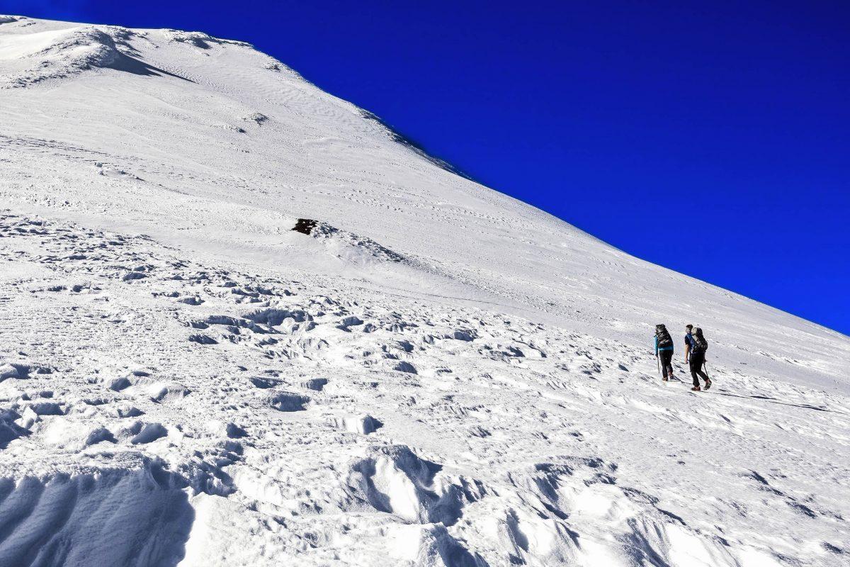 Schneefelder und Gletscherspalten machen die Wanderung auf den Villarrica Vulkan in Chile zu einer hochalpinen Tour - © Maciej Bledowski / Shutterstock