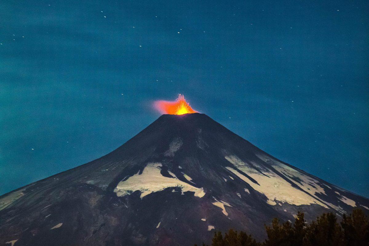 Seit der ersten dokumentierten Eruption im Jahr 1558 brach der Villarrica Vulkan in Chile über 500 Mal aus - © Jake Dow / Shutterstock