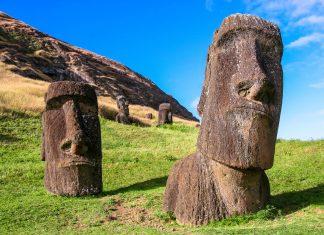 Steinstatuen (Moai genannt) auf der Osterinsel, Chile - © TanArt / Shutterstock