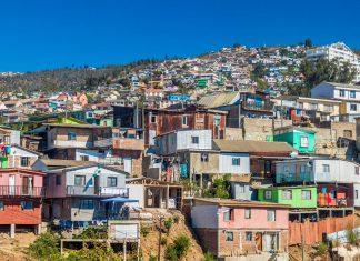 Die malerischen Hügel von Valparaiso sind heute zum Großteil mit Standseilbahnen zu erreichen, Chile - © Matyas Rehak / Shutterstock
