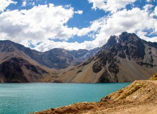Von Juni bis September ist auf den felsigen Hängen des Cajon del Maipo in Chile Skifahren angesagt - © Anky / Shutterstock