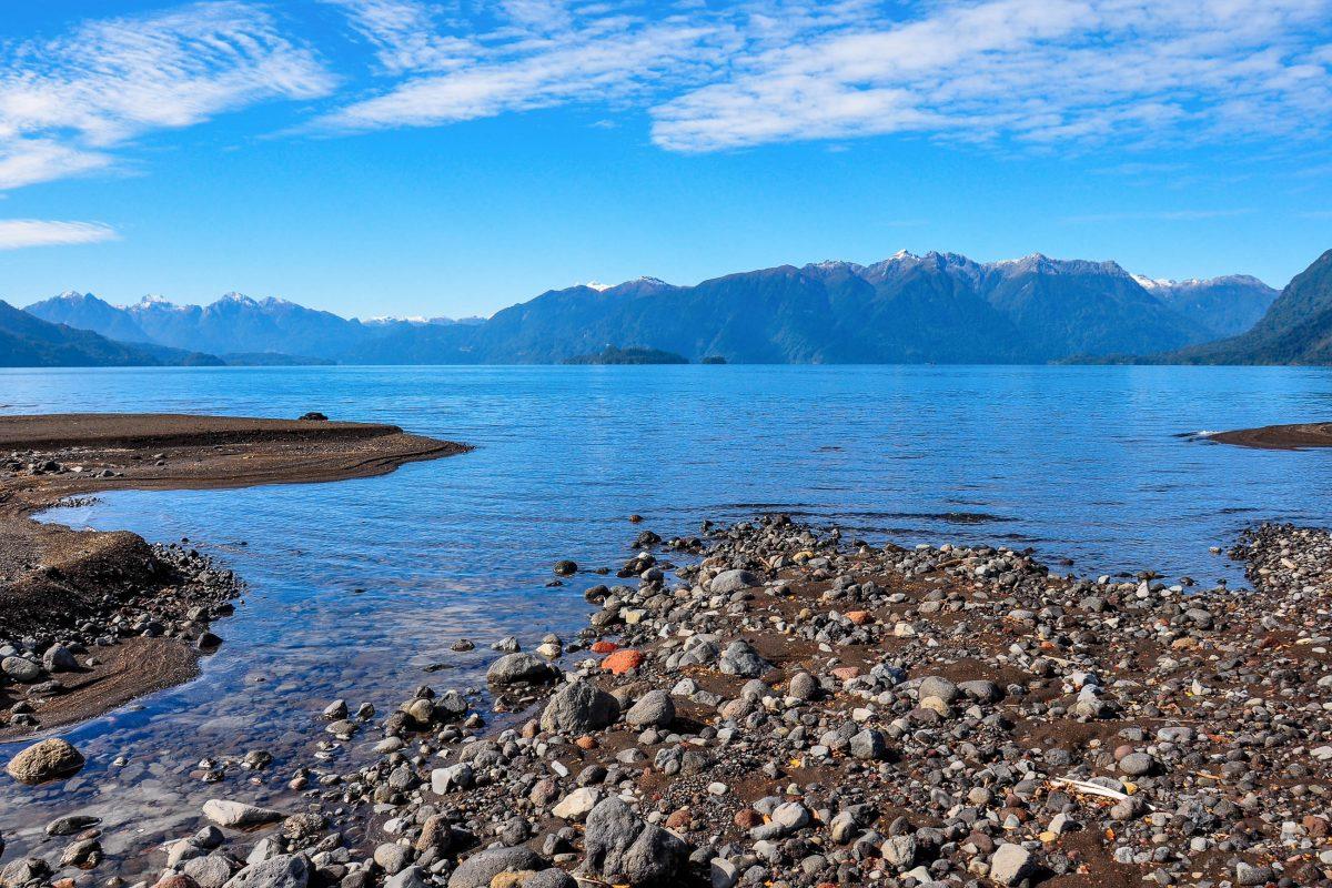 Zu den beliebtesten Aktivitäten am Lago Todos Los Santos gehören neben Wanderungen auch Skifahren auf dem Osorno, Kajakfahren, Rafting und Fischen, Chile - © Hugo Brizard - YouGoPhoto / Shutterstock