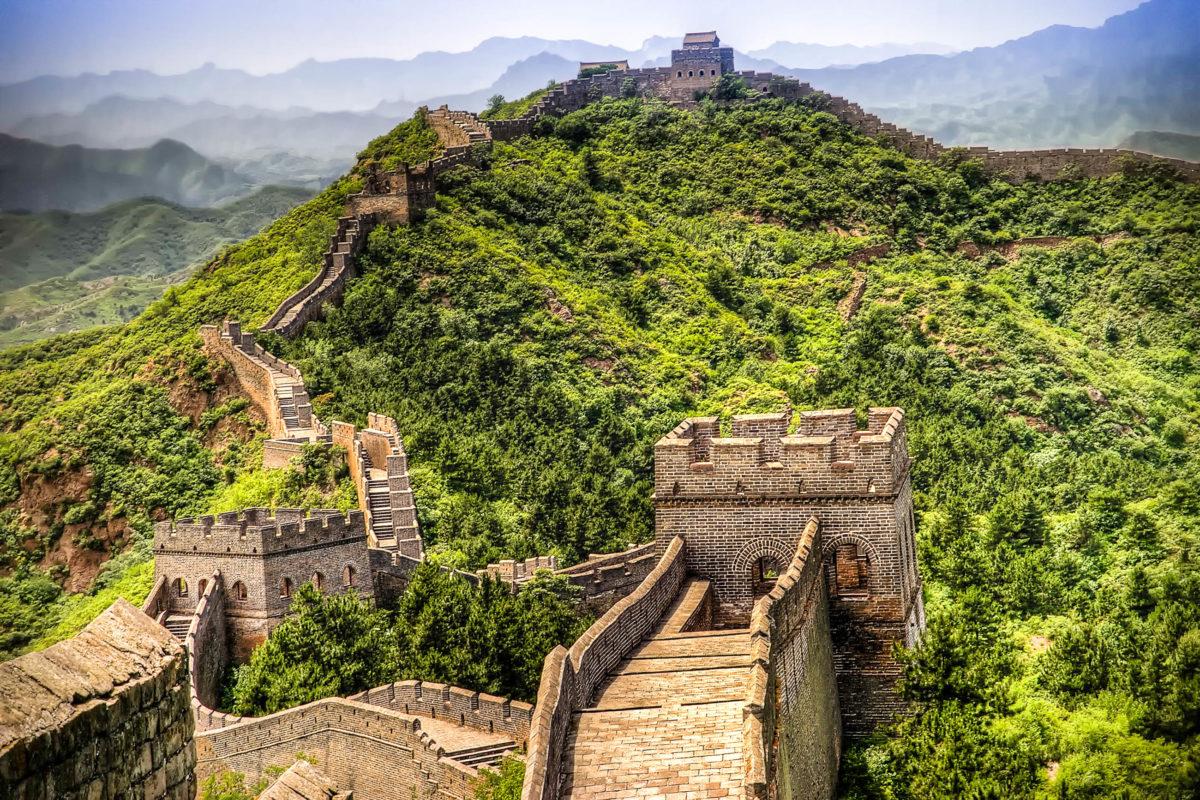 Beeindruckender Ausblick auf die Chinesische Mauer, China - © jonasginter / Fotolia