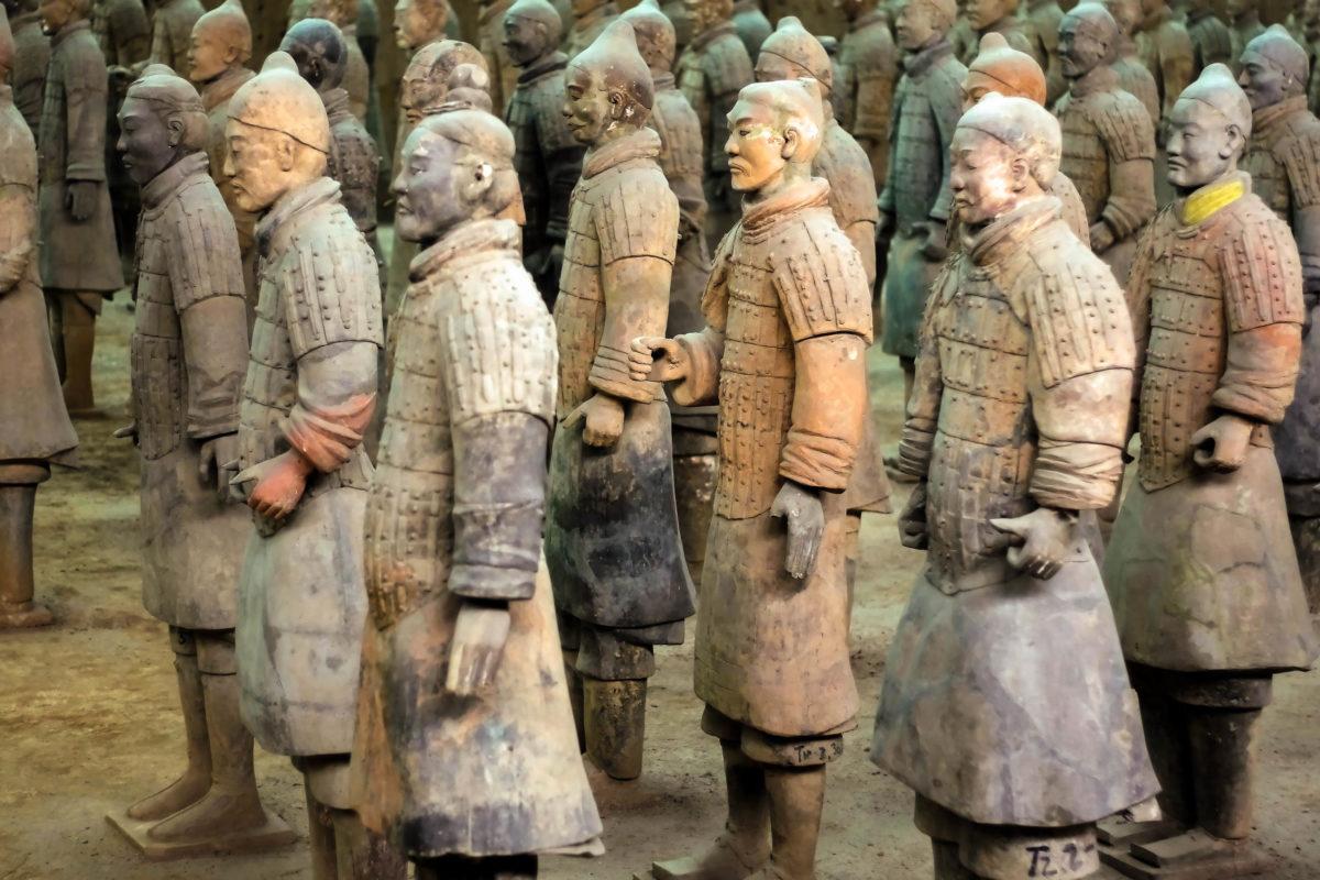 Bis jetzt wurden über 7.000 lebensgroße Pferde- und Kriegerfiguren der Terrakotta Armee mit echten Waffen in Schlachtformation freigelegt, China - © asliuzunoglu / Shutterstock