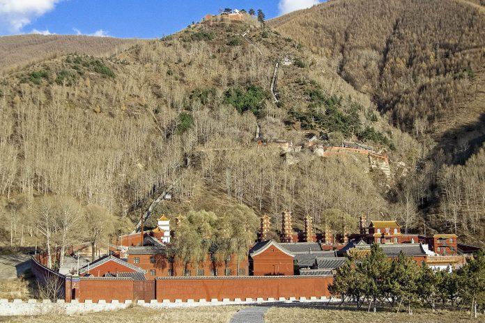 Buddhistisches Kloster beim Gebirge Wutai Shan - Berg der fünf Ebenen - im Osten Chinas in der Provinz Shanxi - © RyszardStelmachowicz/Fotolia