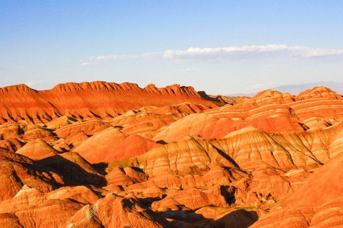 Das Danxia-Gebirge ist bekannt für seinen rot leuchtenden Sandstein, aus dem sich im Lauf der Zeit interessante Formationen herausgebildet haben, China - © richardkccheng / Fotolia
