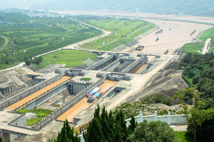 Der Drei-Schluchten-Staudamm, auch bekannt als Changjiang Staudamm staut den Changjiang, besser bekannt als Jangtsekiang oder Yangtze, den mächtigsten Fluss Asiens und drittlängsten weltweit, China - © jjspring / Fotolia