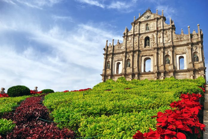 Die berühmte St. Paulus-Kirche, von der nach einem Brand nur noch die Fassade zu sehen ist, heute das Wahrzeichen von Macao und UNESCO Weltkulturerbe, China - © Salvador Manaois III / Fotolia