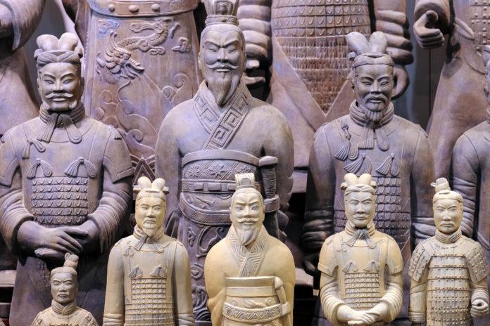 Souvenier-Figuren der Terrakotta-Armee in Xi'an, China - © Hung Chung Chih / Shutterstock