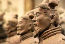 Die individuelle und detailgetreue Modellierung der Krieger Terrakotta Armee lassen darauf schließen, dass es jeden dieser Soldaten wirklich gab, China - © Lukas Hlavac / Shutterstock