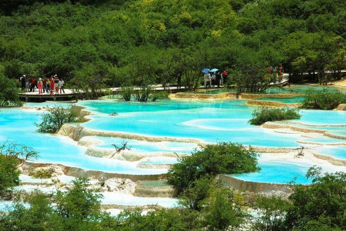 Die Kalksinterterrassen im Hualong-Tal entstanden über Jahrtausend durch Auswaschungen von Regenwasser, China - © modestlife / Fotolia