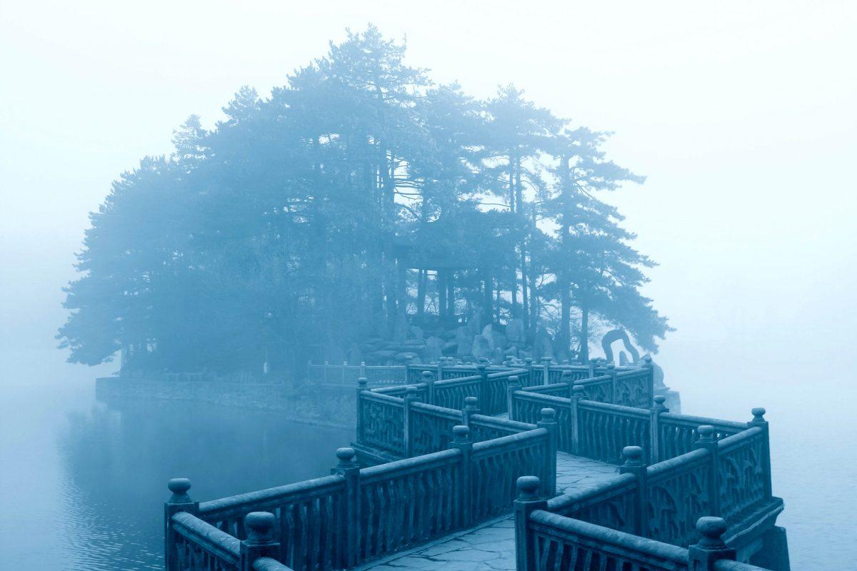 Eine gewundene Brücke bahnt sich ihren Weg durch den allgegenwärtigen Nebel im Lu Shan Nationalpark, China - © chungking / Shutterstock