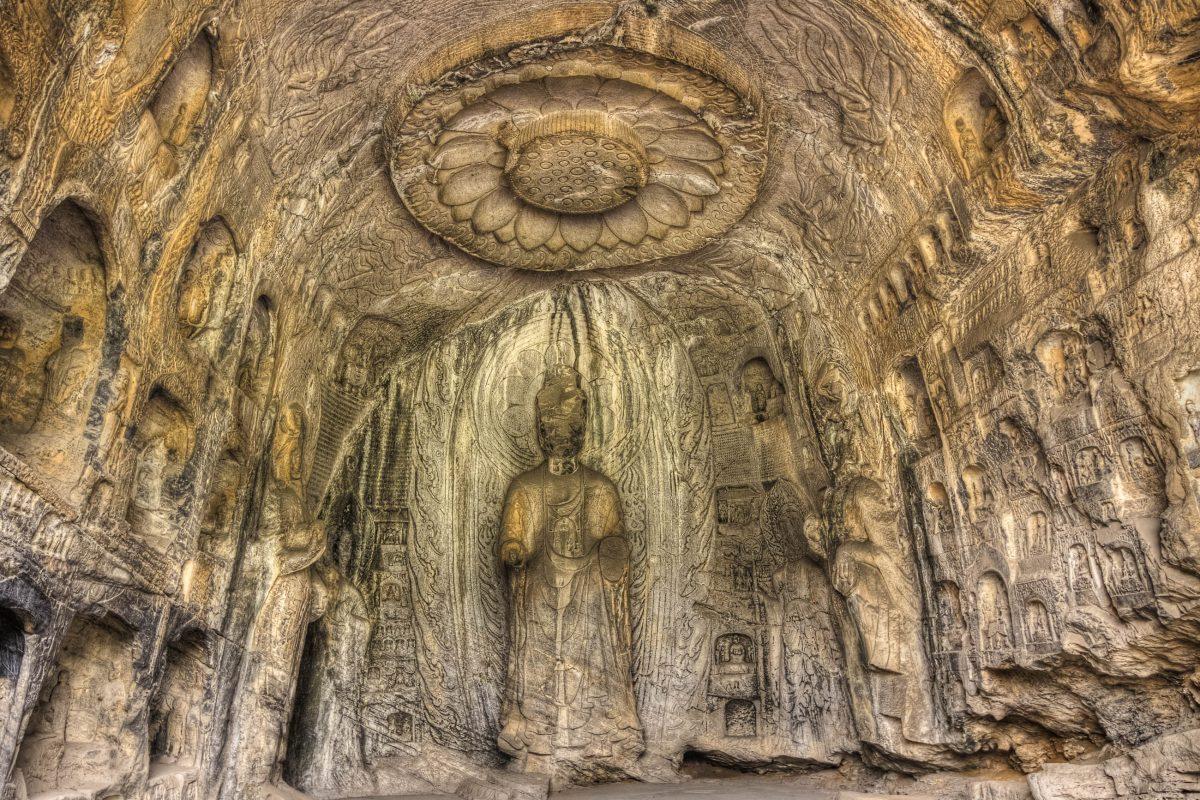 Faszinierende Felsschnitzereien in der Lotus Höhle in den Longmen Grotten, Provinz Henan, China - © gringos / Fotolia