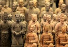 Gefunden wurde die Terrakotta-Armee, als ein chinesischer Bauer beim Brunnenbau 1974 in vier Metern Tiefe auf einen Soldaten stieß, China - © air / Fotolia