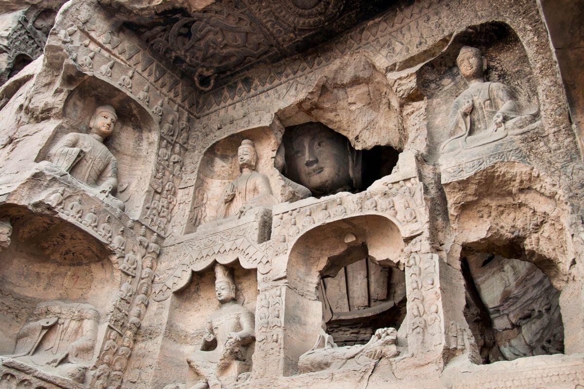 Manche der Yungang Grotten sind Zwillings- oder Drillingshöhlen, es wurden mehrstöckige Räume und Dachböden geschaffen, China - © Stripped Pixel / Fotolia