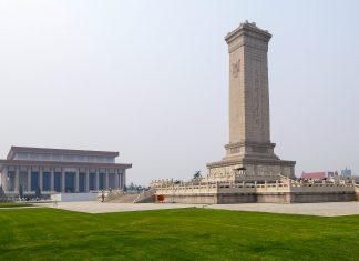 Denkmal für die Helden des Volkes und Mao-Mausoleum auf dem Platz des himmlischen Friedens in Peking, China - © camera-me.com / Fotolia