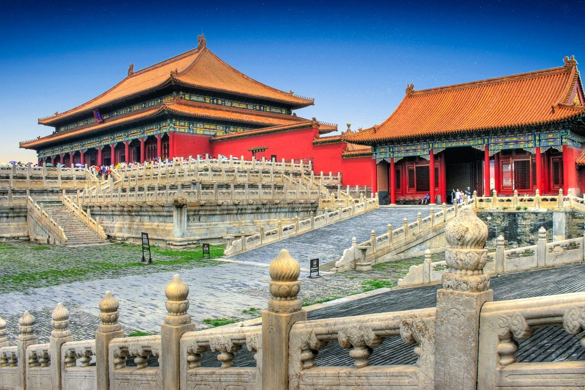 Die Halle der Wahrung der Harmonie und die Halle der mittleren Harmonie in der Verbotenen Stadt in Peking, China - © PlusONE / Shutterstock