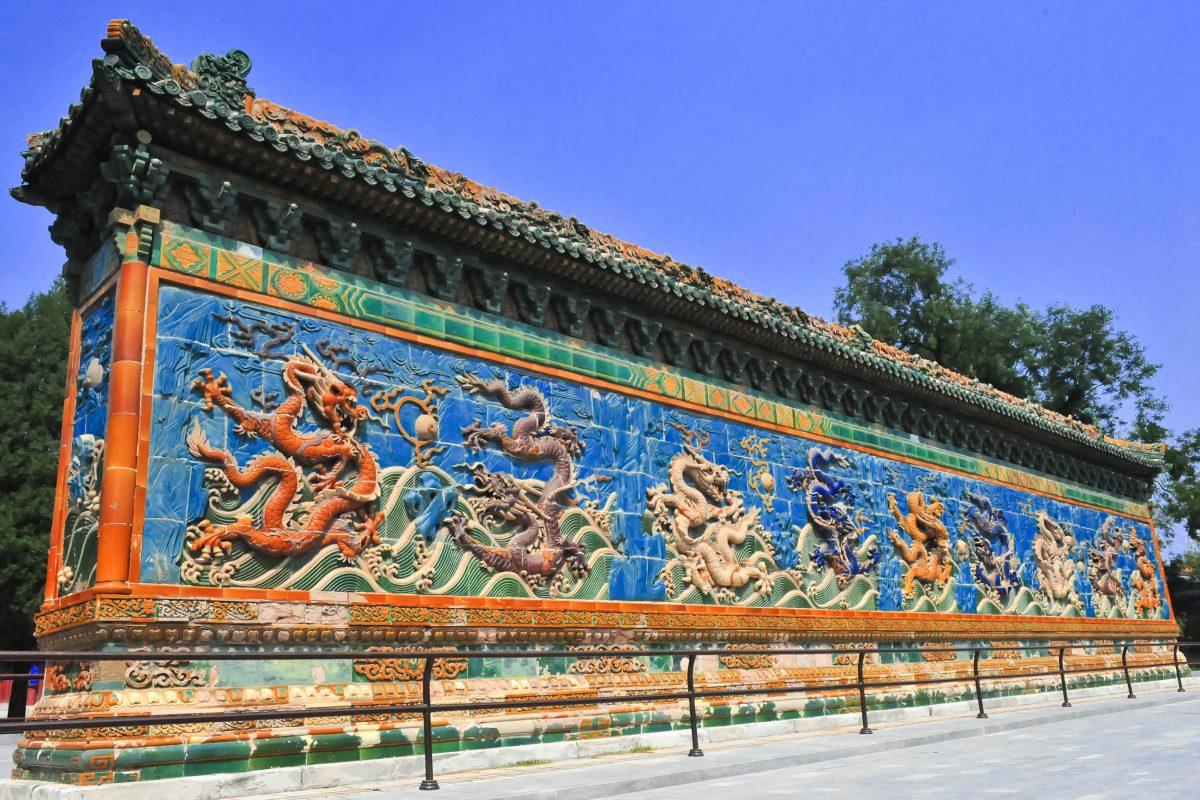 Die Mauer der neun Drachen in der Verbotenen Stadt in Peking, China - © Worldgraphics / Shutterstock