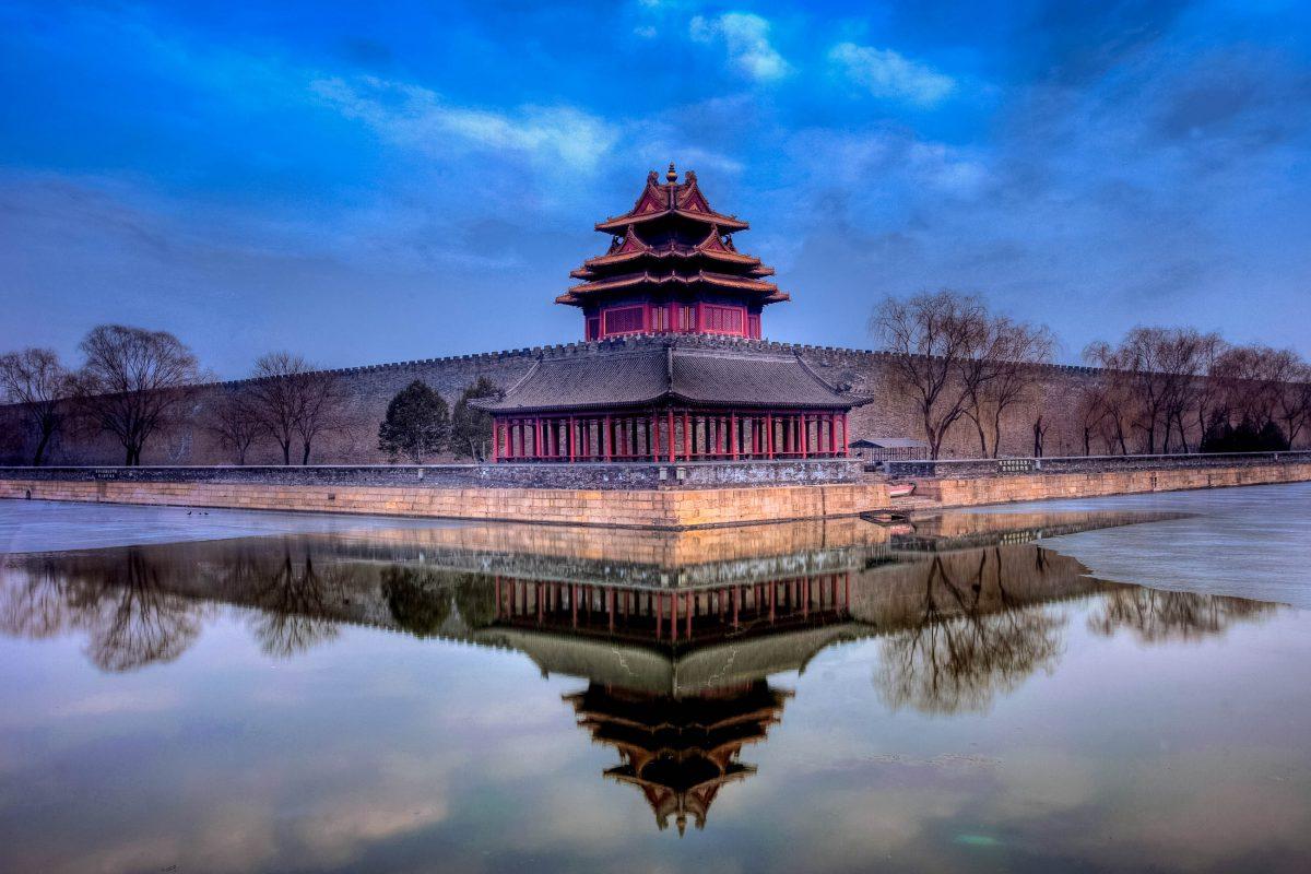 In der Mauer, die die Verbotene Stadt von Peking umgibt, ist jede Ecke von einem Turm gekrönt, hier die Nordwest-Ecke, China - © Captain Yeo / Shutterstock