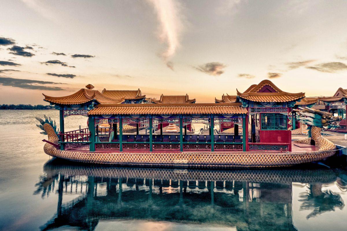 Über 20km lange Wasserwege war der kaiserliche Sommerpalast mit dem Zentrum von Peking verbunden, China - © Igor Demchenkov / Shutterstock