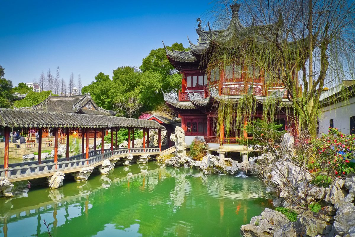 Traditioneller chinesischer Pavillon im Yu Yuan (Garten des Erfreuens) südöstlich der Metropole Shanghai aus dem 16. Jahrhundert, China - © Mario Savoia / Fotolia
