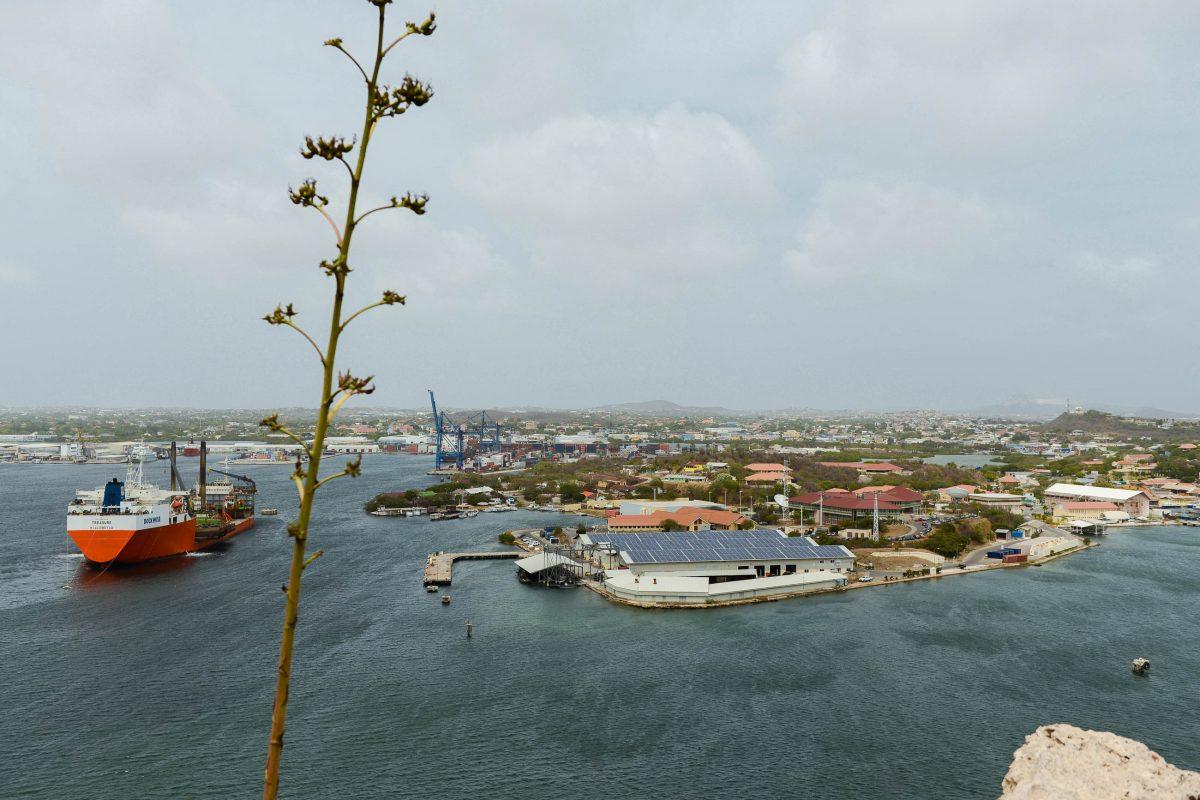 Blick vom Fort Nassau auf den Schottegat, den gewaltigen Industriehafen von Curaçao - © James Camel / franks-travelbox