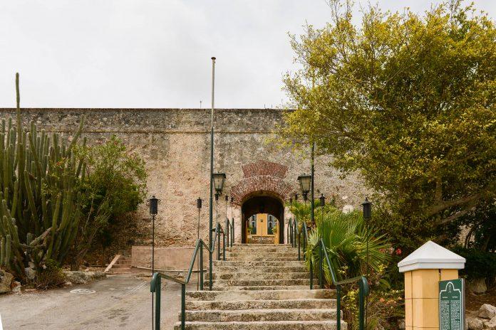 Das Fort Nassau bietet Touristen eine spektakuläre Aussicht über Willemstad und ein vorzügliches Restaurant, Curaçao - © James Camel / franks-travelbox