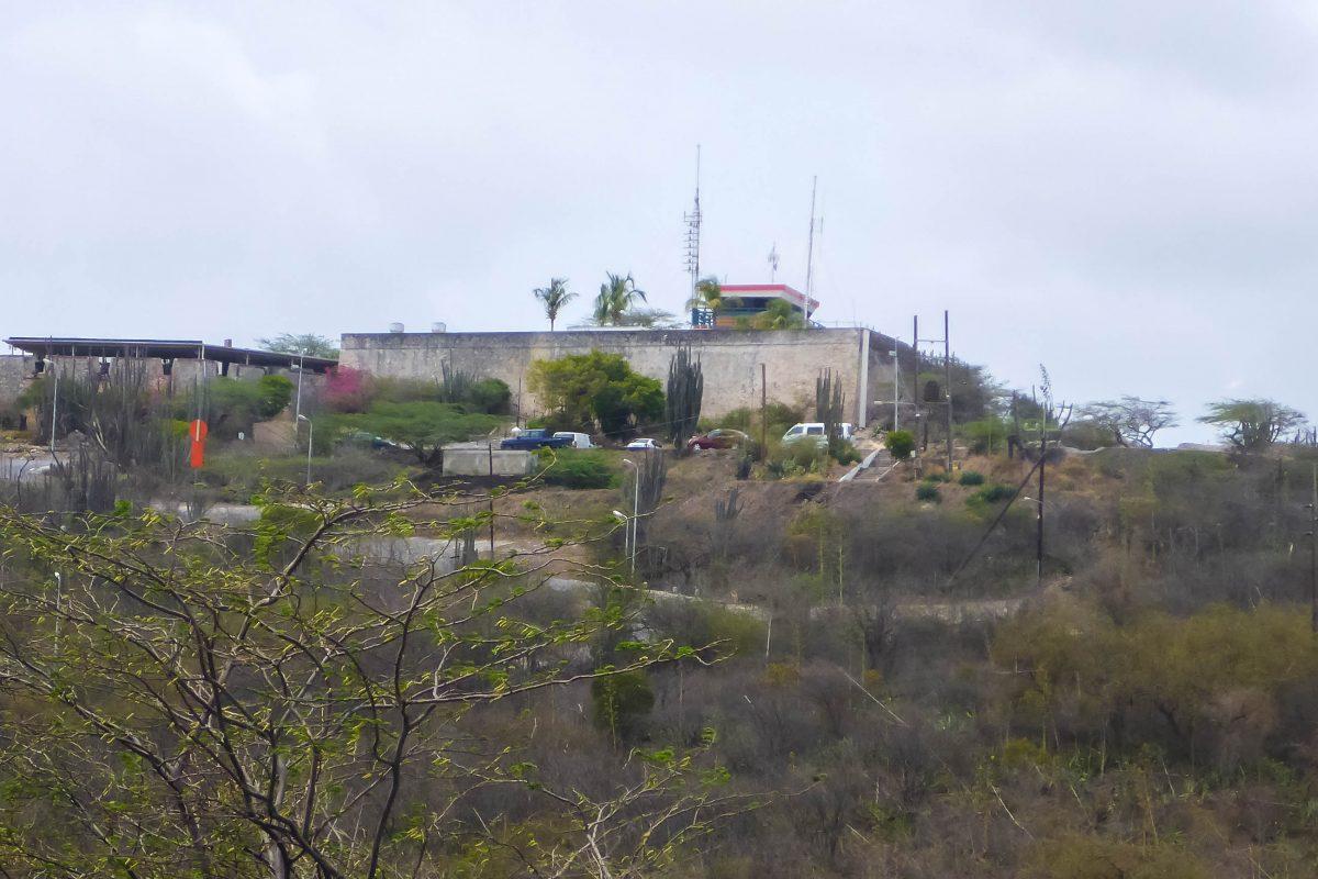 Das steinerne Fort Nassau thront auf dem Sablica Hügel knapp 70 Meter über dem Meeresspiegel und bewacht die Einfahrt zum Hafen von Curaçao - © Lila Pharao / franks-travelbox