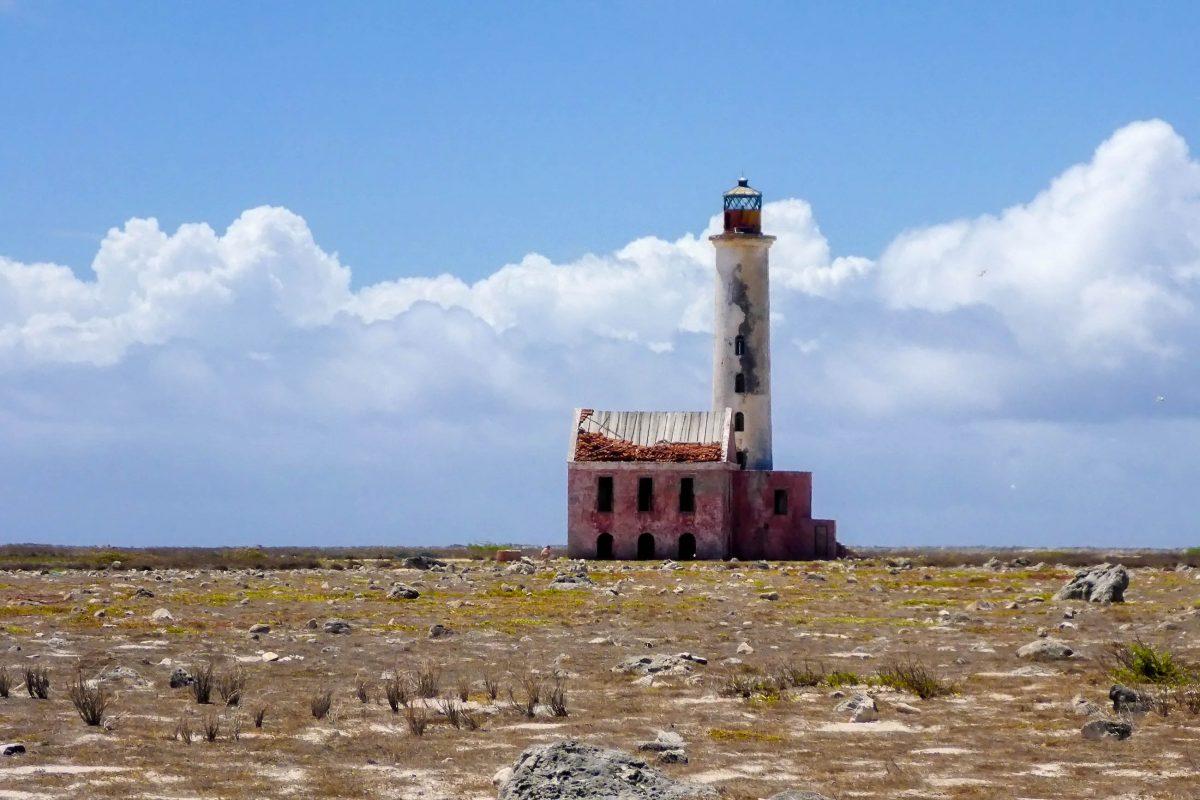 Der Leuchtturm auf Klein Curaçao wurde mitten auf der Insel errichtet, um ihn vor Hurrikans zu schützen - © Lila Pharao / franks-travelbox
