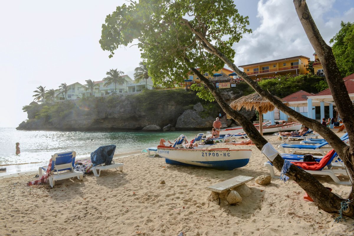 Der Playa Lagun zählt, eingebettet in eine kleine Bucht, zu den schönsten Stränden von Curaçao - © James Camel / franks-travelbox