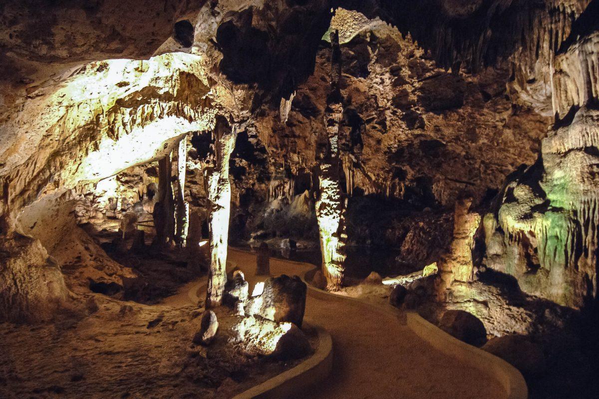 Die Hato-Höhlen können auf gut befestigten Wegen erkundet werden, die von mystisch beleuchteten Tropfsteinen gesäumt werden, Curaçao - © JERRYE&ROY KLOTZ MD/CC BY-SA3.0/W