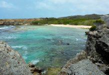 Die schmale Sandbucht Boka Grandi im Christoffelpark auf Curaçao ist meist menschenleer - © Lila Pharao / franks-travelbox