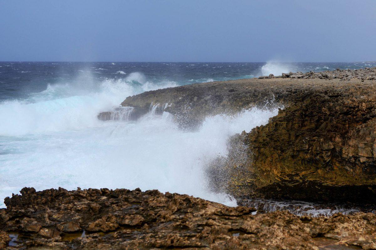 Die zerklüftete Küste von Curaçao wird im Shete Boka Nationalpark von der wütenden Brandung umtost - © James Camel / franks-travelbox