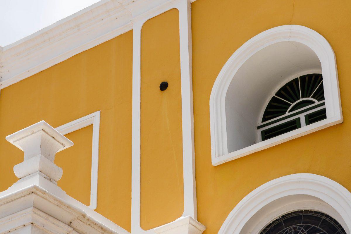 In den Mauern der Fortkerk in Willemstad steckt heute noch eine Kanonenkugel, die vom legendären Kapitän Bligh abgefeuert wurde, Curaçao - © James Camel / franks-travelbox