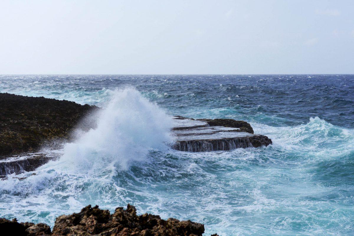 In der Boka Pistol im Shete Boka Nationalpark wirft die Brandung meterhohe Gischt-Fontänen an die Nordwestküste von Curaçao - © James Camel / franks-travelbox