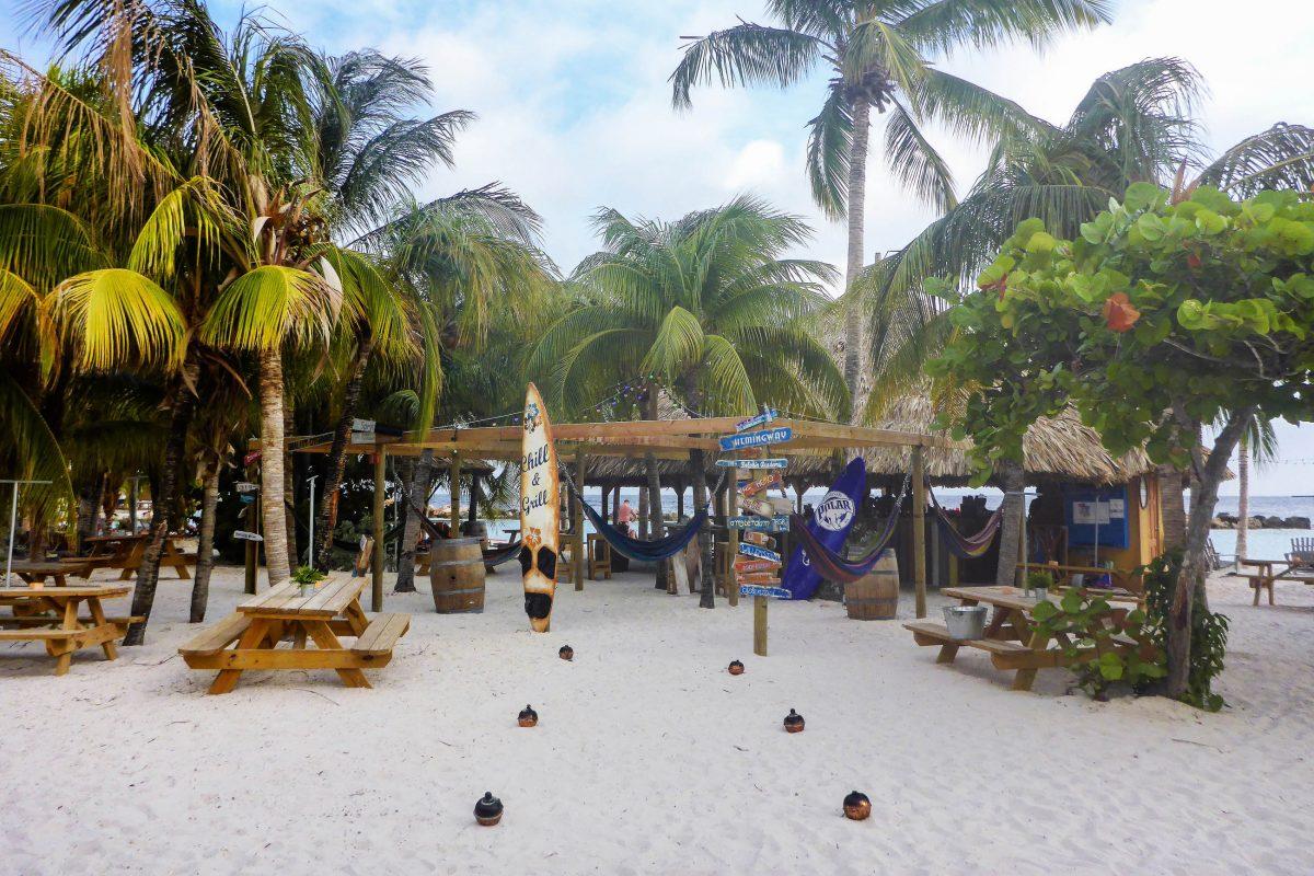 Mit Beach Bars, einem Wasserpark und zahlreichen Hotels ist dies sicherlich der am meisten bevölkerte Strand auf Curaçao - © Lila Pharao / franks-travelbox