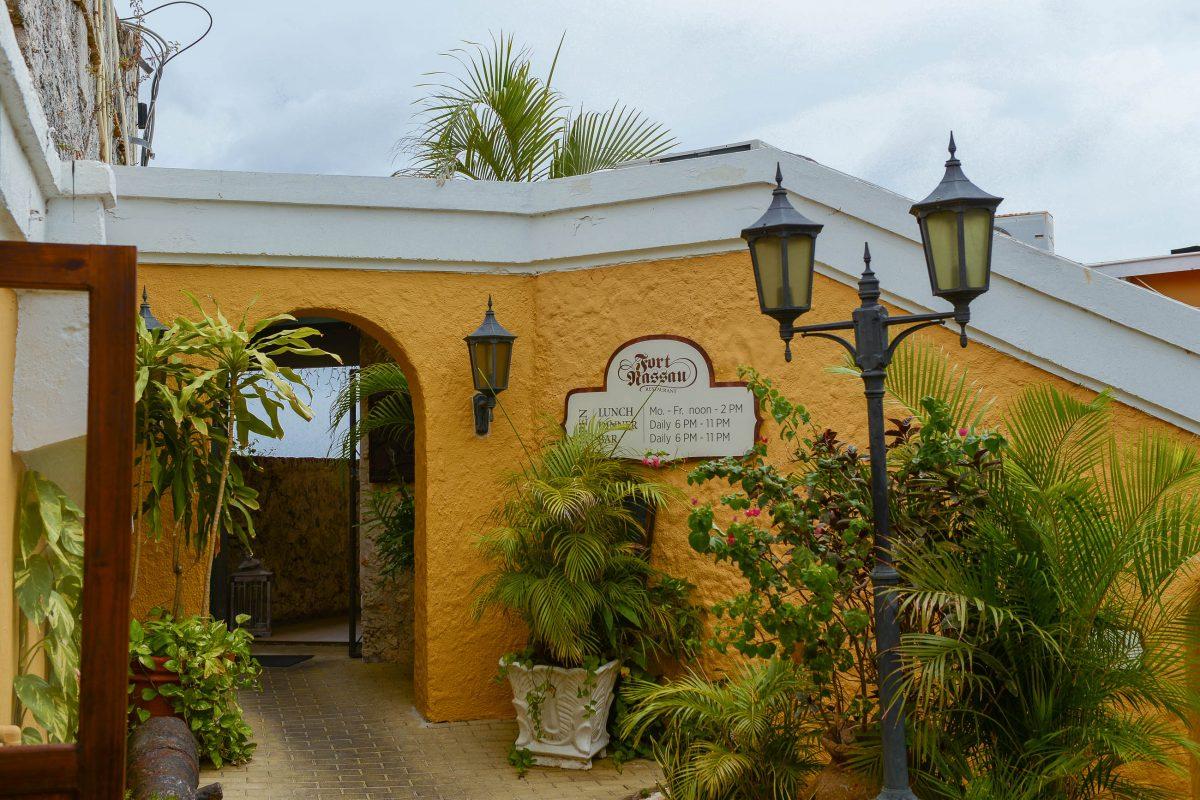 Seit 1959 beherbergt das Fort Nassau ein Restaurant, welches sowohl karibische als auch internationale Spezialitäten serviert, Curaçao - © James Camel / franks-travelbox