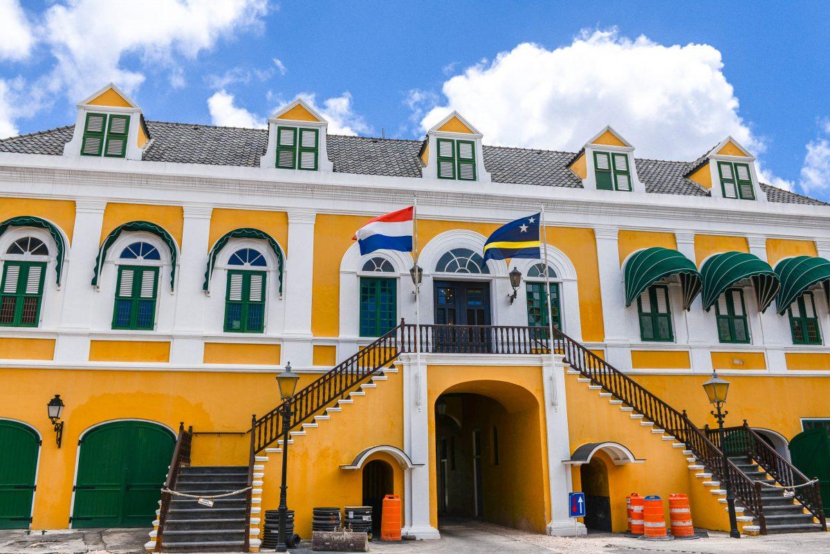 Über dem Eingang von Fort Amsterdam in Willemstad wohnt heute der niederländische Gouverneur von Curaçao - © James Camel / franks-travelbox