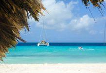 Von Curaçao legen nahezu täglich Ausflugsboote ab, die Touristen auf die paradiesische Insel Klein-Curaçao bringen - © Lila Pharao / franks-travelbox